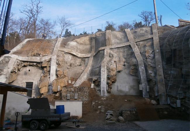 Sanace skalní stěny vulici Pod Květnicí