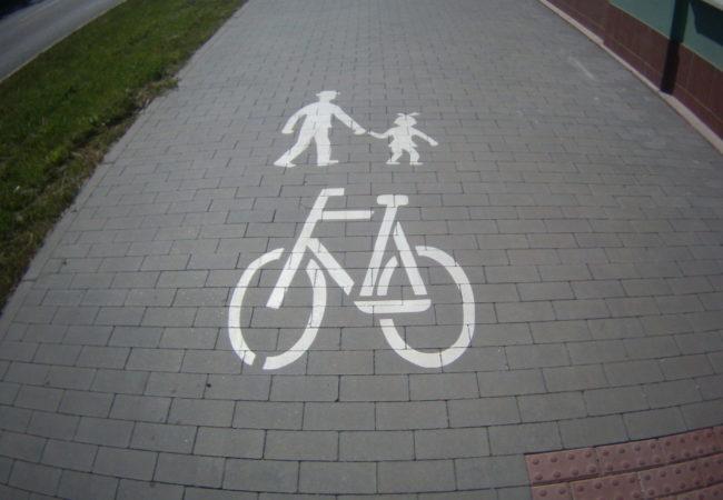Cyklisté, chodci a stezky jim určené